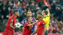 Und tschüss: Holger Badstuber sieht die Rote Karte. Und der Innenverteidiger des FC Bayern ist so schnell weg, dass er gar nicht mehr im Bild ist.