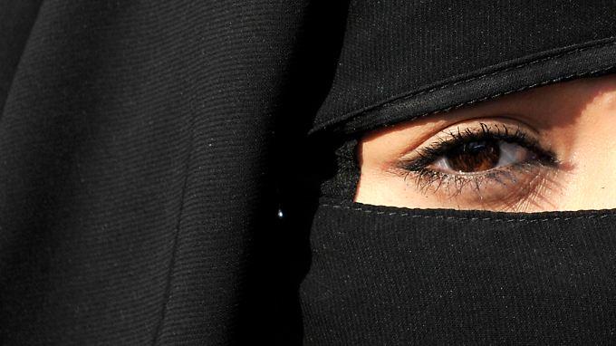 Mit ihrem Gesichtsschleier verstieß eine junge Frau gegen das Vermummungsverbot in einer Bankfiliale.