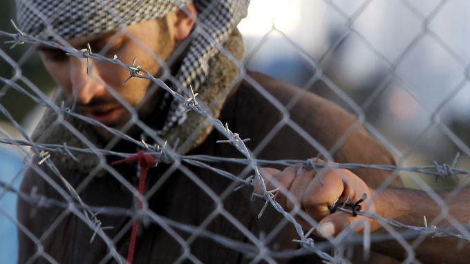 Ein junger Iraner im Grenzgebiet zwischen Griechenland und Mazedonien. Nur noch Syrer, Iraker und Afghanen werden durchgelassen.