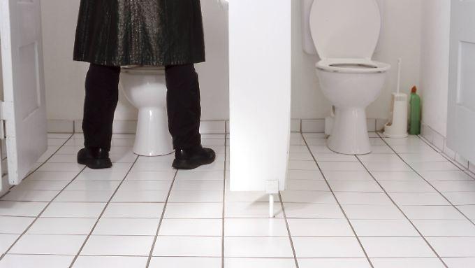 Egal, wie gut man auch zielt: Wer als Erwachsener im Stehen in ein WC pinkelt, hinterlässt unangenehme Spritzer.