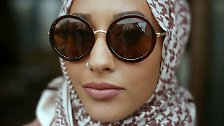 Der Hidschab ist ein einfaches Kopftuch, das meist Haare, Ohren und Hals bedeckt.
