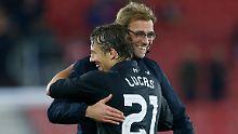 Jürgen Klopp feiert einen weiteren Sieg mit dem FC Liverpool - hier mit Lucas Leiva.
