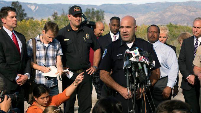 Jarrod Burguan, Polizeichef von San Bernardino, berichtet von den Ermittlungen nahe des Tatorts.