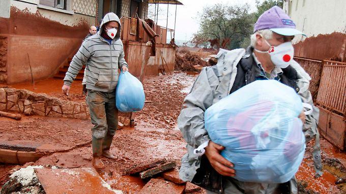 Die Bewohner von Dervecser retten, was noch zu retten ist.