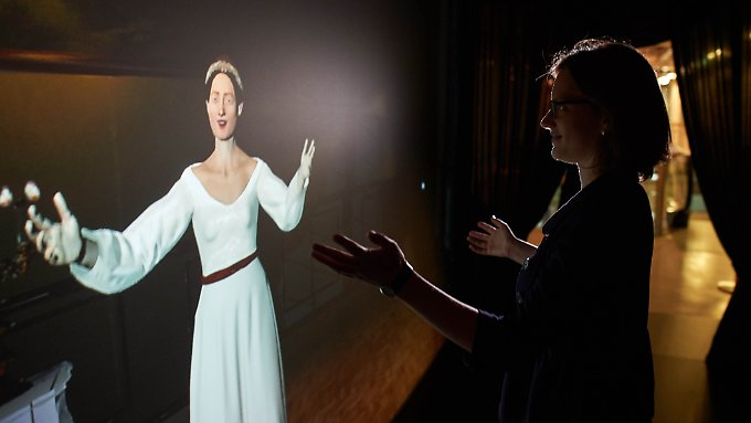 """Computeranimierte Projektion von Ada Lovelace im Heinz Nixdorf MuseumsForum (HNF) in Paderborn: Das Computermuseum zeigt bis 10. Juli 2016 eine Ausstellung mit dem Titel """"Am Anfang war Ada. Frauen in der Computergeschichte""""."""