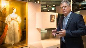 Kurt Beiersdörfer, Geschäftsführer des Heinz-Nixdorf MuseumsForums, vor einem Bild von Ada Lovelace.