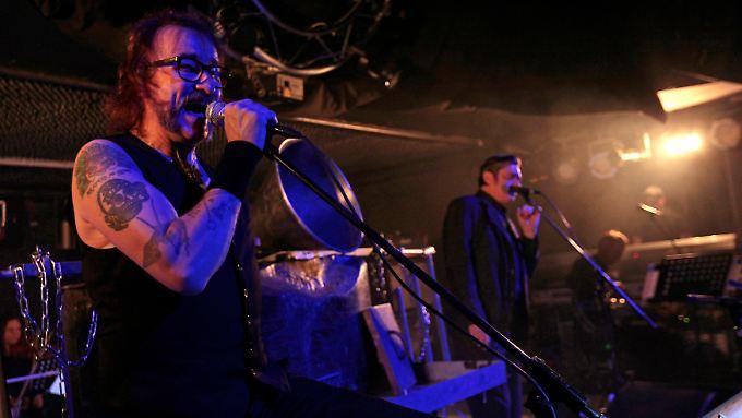 """Alexander Hacke (l.) und Blixa Bargeld mit den """"Einstürzenden Neubauten"""" bei einem Konzert in Prag im November 2014."""
