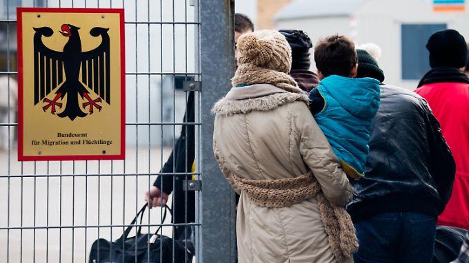 3500 Flüchtlinge können registriert werden - da sei es egal, von wem, argumentiert das Innenministerium.