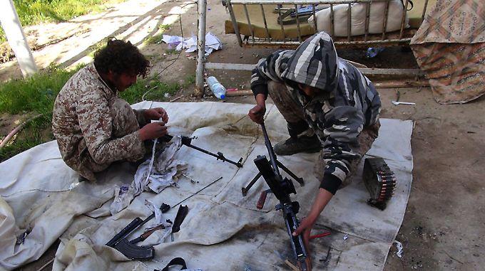IS-Kämpfer haben laut dem Bericht hautsächlich erbeutete Waffen.