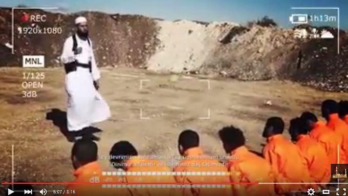 Scheich Muhammad al-Khatib erklärt den angeblichen Gefangenen, dass sie nicht sterben müssen.