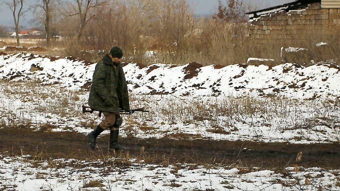 Ein prorussischer Separatist patrouilliert in einem Dorf in der Nähe von Donezk.