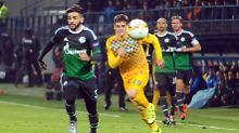 Schalkes Caicara kämpft mit Tasos Tsokanis um den Ball.