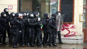 Polizisten beobachten die Demos.