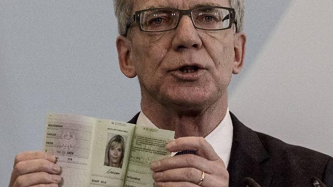 Bei Erika Mustermann weiß der Minister, woran er ist. Künftig sollen alle Flüchtlinge in Deutschland einen einheitlichen Ausweis bekommen.