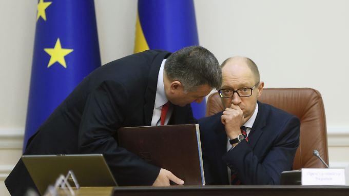Gesprächsbedarf: Premierminister Arseni Jazenjuk (r.) und  Innenminister Arsen Awakow.