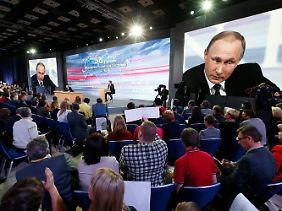 Putin kann sich die Fragen aussuchen, die er beantwortet.