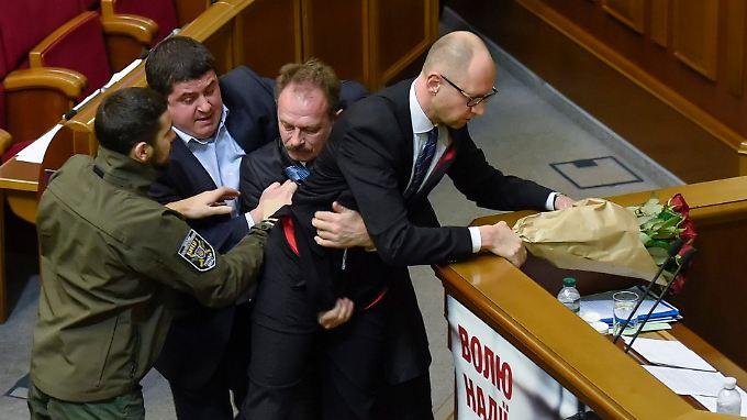 Den Finanzstreit mit Russland will der ukrainische Premier vor Gericht ausfechten. Im Parlament in Kiew werden Meinungsverschiedenen schon einmal handreiflich ausgetragen.