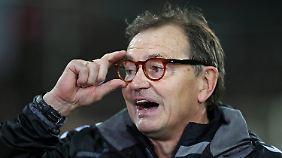 Die Szene vor dem Karlsruher Siegtor lässt Ewald Lienen auch nach Schlusspfiff nicht los.