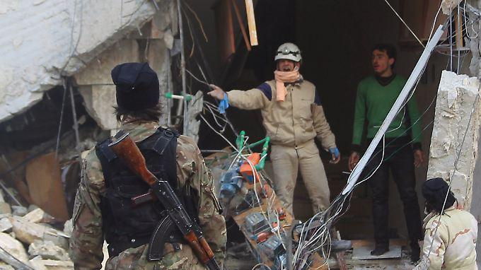 Menschen begutachten Schäden an einem Haus nach einem russischen Luftangriff in Idlib.