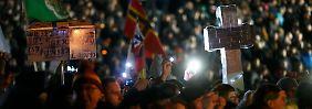 """Pegida hat eine eigene Hymne: """"Gemeinsam sind wir stark!"""""""
