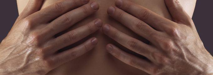 Schmerzen oder Druckgefühle im oberen Bauch gehören oftmals zum Sodbrennen dazu.