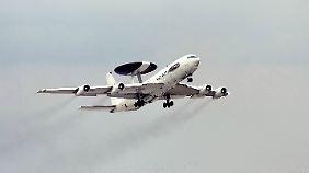 Ein Awac-Aufklärungsflugzeug startet in Leipzig.