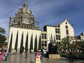 Der zerstörte Bronzevogel auf dem San-Antonio-Platz in Medellín erinnert als Mahnmal an die finstere Zeit der Drogenkriege in der Stadt.