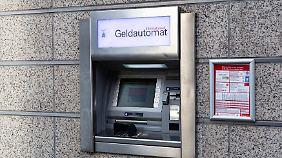 Fast alle Geldautomaten in Europa sind mittlerweile mit EMV-Technik ausgestattet. Mit gestohlenen Kartendaten kommt man hier nicht weit.