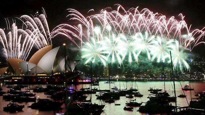 Silvester-Feuerwerk vor einer der berühmtesten Skylines der Welt: Sydney mit Hafen und Oper.