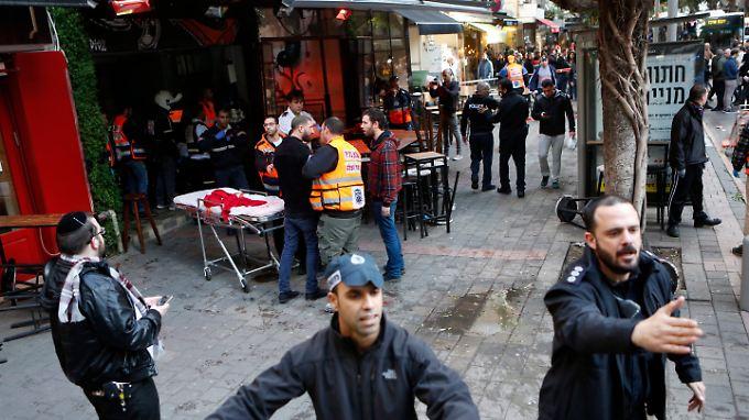 Vor dieser Bar in Tel Aviv eröffnete der Mann das Feuer. Sicherheitskräfte gehen von einem Terrorakt aus.