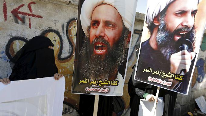 Schiitische Demonstranten im Jemen halten Bilder des hingerichteten Scheichs Nimr al-Nimr.