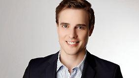 """Constantin Schreiber ist n-tv Moderator und Hauptstadtkorrespondent für RTL. Seine arabische Flüchtlingssendung """"Marhaba"""" erregte großes Aufsehen im In- und Ausland."""