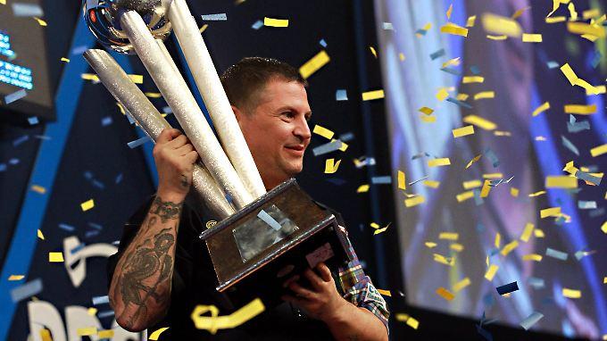 """Darts-Finale der Superlative: Anderson triumphiert im """"Battle of Britain"""""""