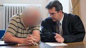 """""""Knöllchen-Horst"""" (li.) bespricht sich bei einer Verhandlung im Jahr 2010 mit seinem Anwalt."""