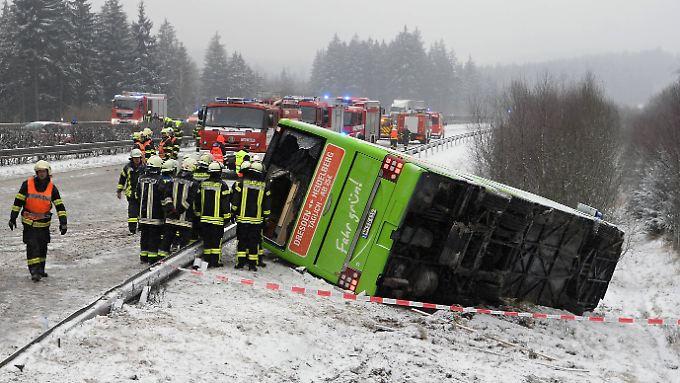 Nach dem Unfall rutschte der Fernbus von der Fahrbahn.
