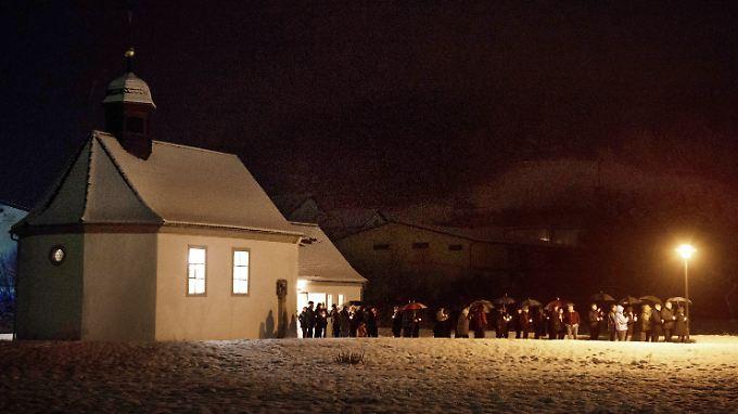 Bewohner von Oberauchrach nehmen an einer Lichterprozession zum Gedenken an das elfjährige Mädchen teil.