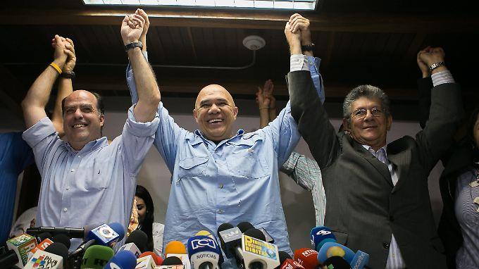 Die Oppositionsspitze mit MUD-Chef Torrealba in der Mitte feiert ihren Einzug ins Parlament.