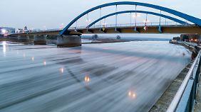 Auf der Oder treiben Eisschollen.