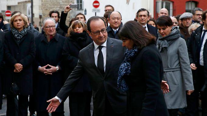 Staatspräsident Hollande und Bürgermeisterin Hidalgo weihen die Gedenktafel in Paris im 11. Bezirk ein.