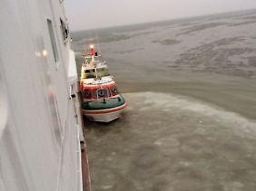 """Das Tochterschiff eines Seenotrettungskreuzers liegt neben der """"Frisia II"""" - als sie noch festsitzt."""