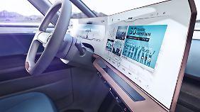 Der Fahrer sitzt im BUDD-e in einem futuristischen Cockpit mit überdimensionalen Displays.