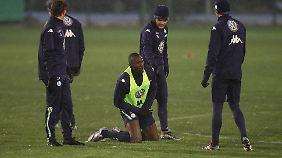 Josuha Guilavogui trainierte am Montag noch ohne Hose. Am Dienstag fiel er dann mit Zehenproblemen aus.