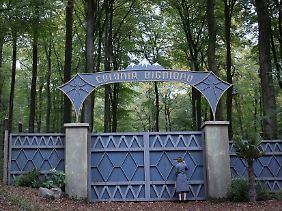 Lena meldet sich am Tor der streng abgeschirmten Sekte.