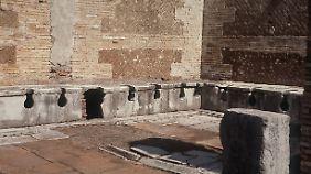 Die wieder ausgegrabene antike Bedürfnisanstalt (latrina publica) in Ostia Antica (Italien), der einstigen römischen Hafenstadt.