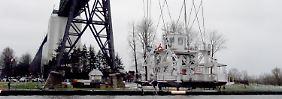 Kollision auf Nord-Ostsee-Kanal: Unfall mit Schwebefähre lähmt Zugverkehr