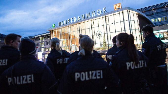 Die Angaben von Polizisten und Polizeiführung über die Silvesternacht klaffen mitunter gewaltig auseinander.