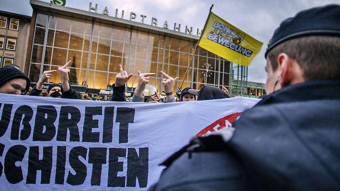 Linke Demonstration vor dem Kölner Hauptbahnhof. Kein Fußbreit den Faschisten steht auf dem Plakat. Die Fronten sind verhärtet wie nie.