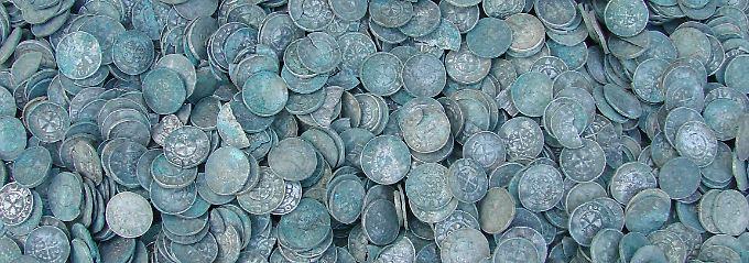 Der Schatz besteht aus mehreren Münzsorten, zumeist aus Silber.