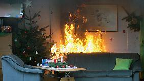 Erst brennt der Weihnachtsbaum, dann das ganze Wohnzimmer.