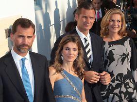 Glücklichere Tage: der damalige Prinz und heutige König Felipe (l.), seine Frau Letizia, rechts Iñaki Urdangarí und Infantin Cristina.